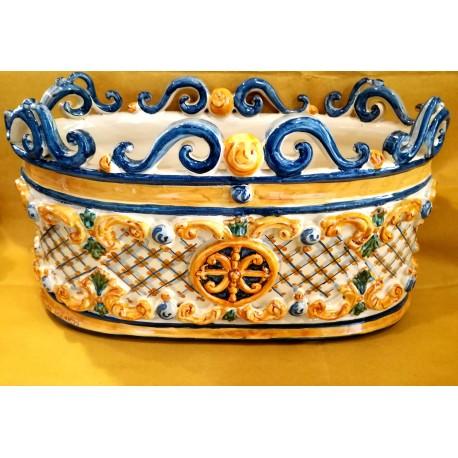 Vaso ovale con applicazioni in bassorilievo