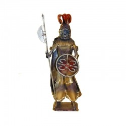 Guerriero in ferro battuto e scudo con il Simbolo di Lipari.