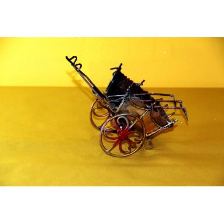 Carretto siciliano in ferro battuto con le ruote con il Simbolo di Lipari.